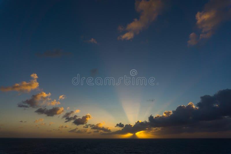 Zonsondergang oceaanlandschap met dramatische wolkenregeling stock foto