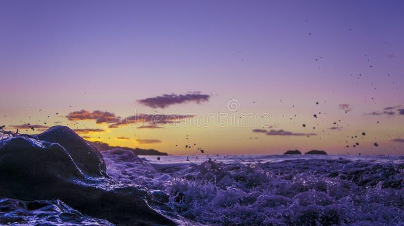 Zonsondergang onder de Golven stock foto
