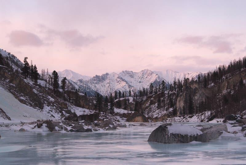Zonsondergang in oostelijke bergen Sayan stock foto's