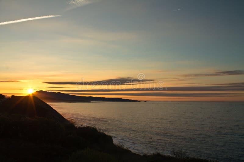 zonsondergang op Atlantische kust op de richel in verticale mening royalty-vrije stock afbeeldingen
