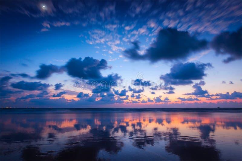 Zonsondergang op Baga-strand. Goa stock foto's
