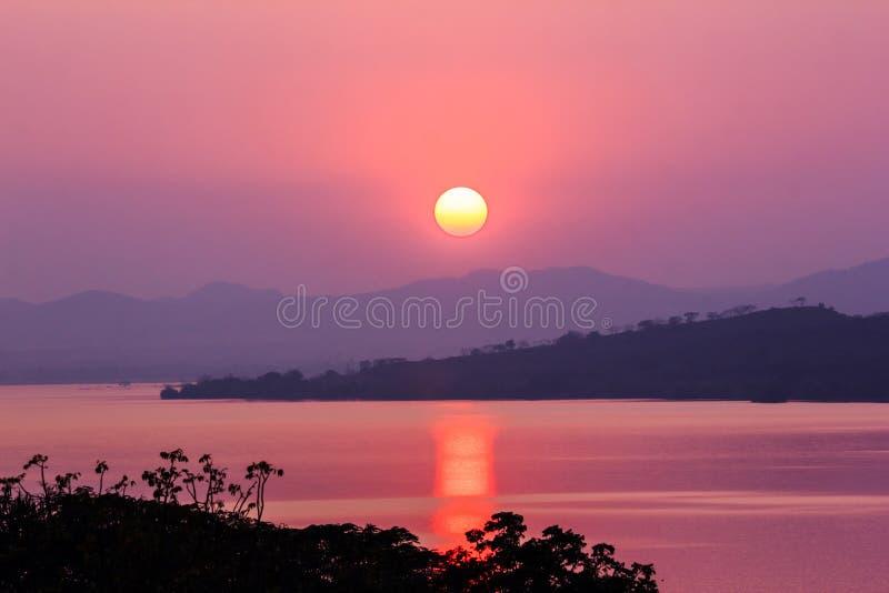 Zonsondergang op berg en meer stock foto's