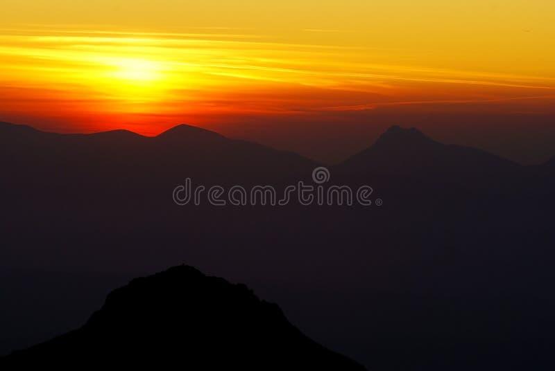 Zonsondergang op bergen stock foto's