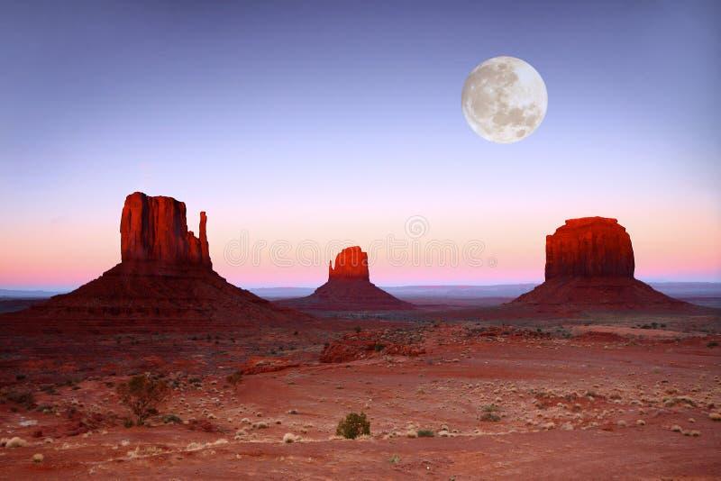 Zonsondergang op Buttes in de Vallei Arizona van het Monument stock afbeeldingen