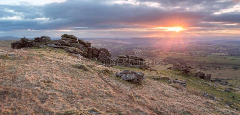 Zonsondergang op dartmoor Devon het UK van de wapenspiek stock foto