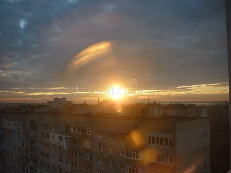Zonsondergang op de achtergrond van huizen royalty-vrije stock fotografie