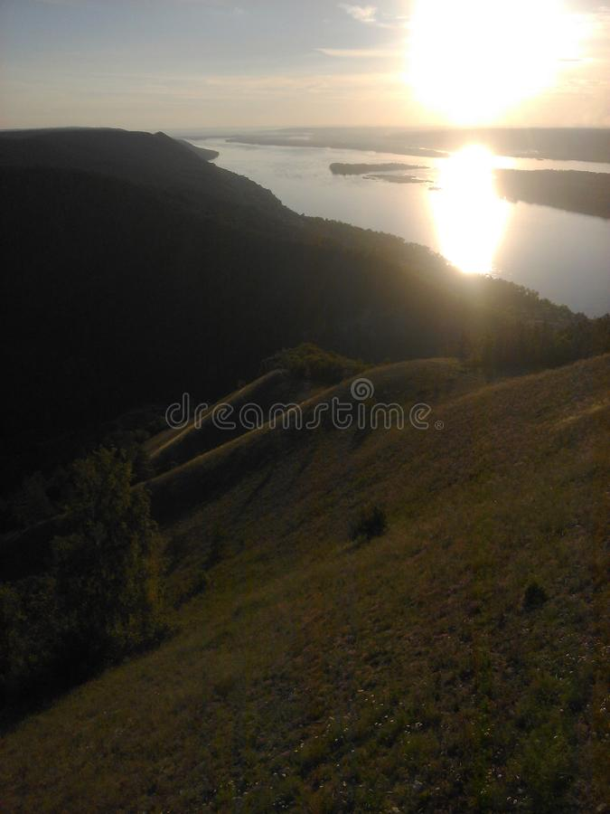 Zonsondergang op de achtergrond van de Volga rivier Mening van onderstelstreptokok royalty-vrije stock foto's