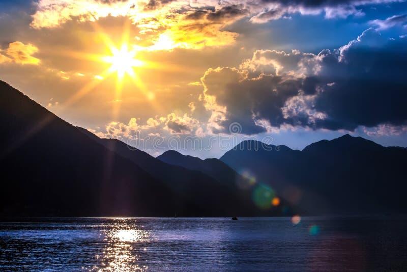 Zonsondergang op de Baai van Boka Kotorska, Kotor, Montenegro stock fotografie