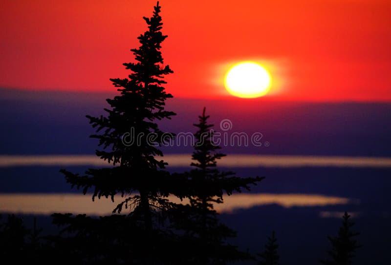 Zonsondergang op de berg stock afbeeldingen