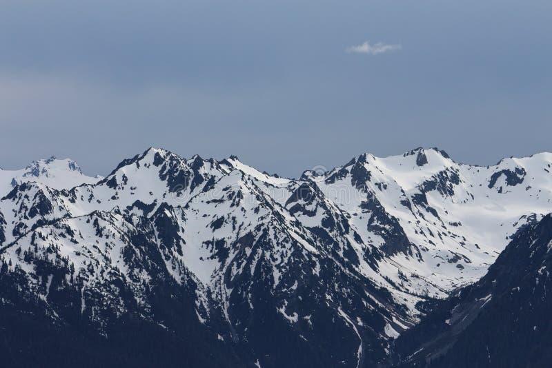 Zonsondergang op de bergen stock foto