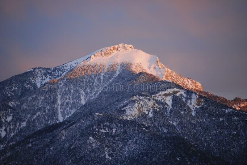 Zonsondergang op de bovenkant van een berg stock foto's