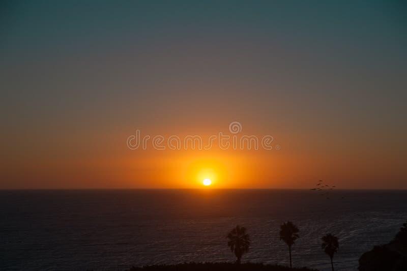 Zonsondergang op de hemel van Long Beach, Californië Californië is gekend met een goede die hamel in Verenigde Staten wordt geves stock foto