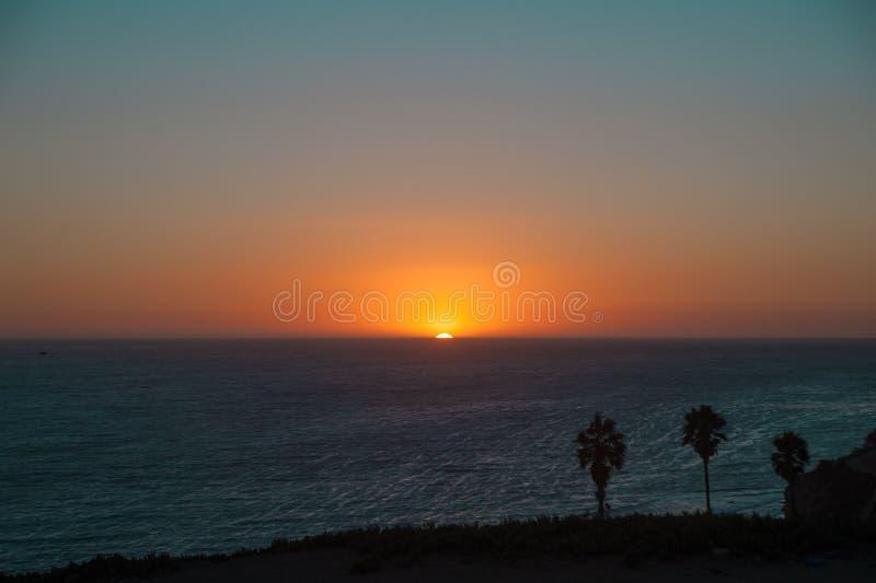 Zonsondergang op de hemel van Long Beach, Californië Californië is gekend met een goede die hamel in Verenigde Staten wordt geves royalty-vrije stock foto