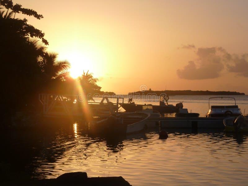 Zonsondergang op de horizon, achter een eiland stock afbeelding