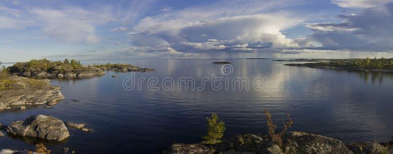 Zonsondergang op de kust van meer Ladoga royalty-vrije stock foto