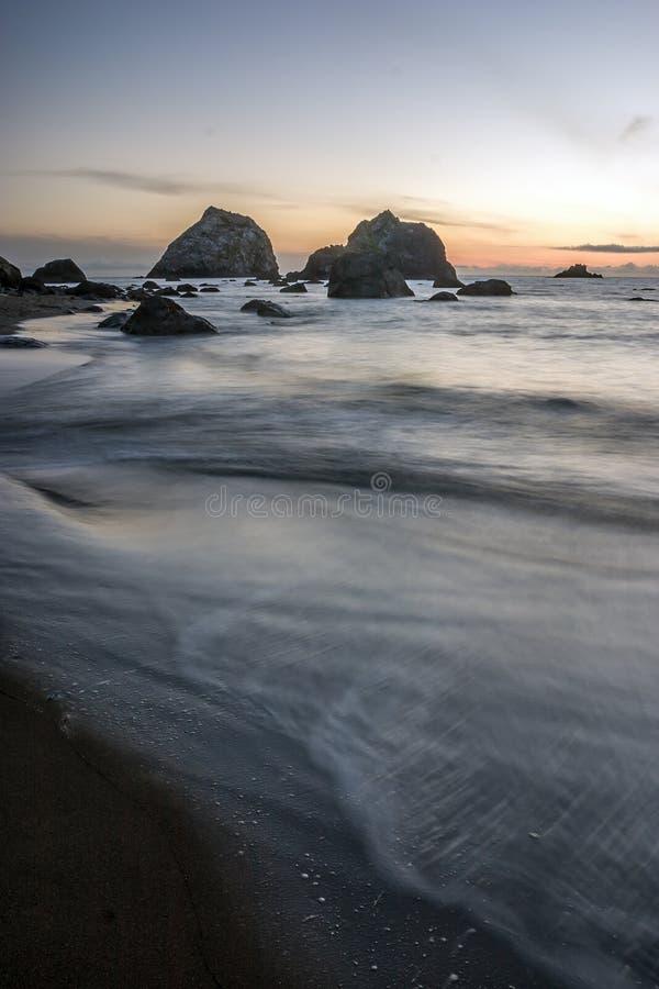 Zonsondergang op de kust van Oregon stock foto