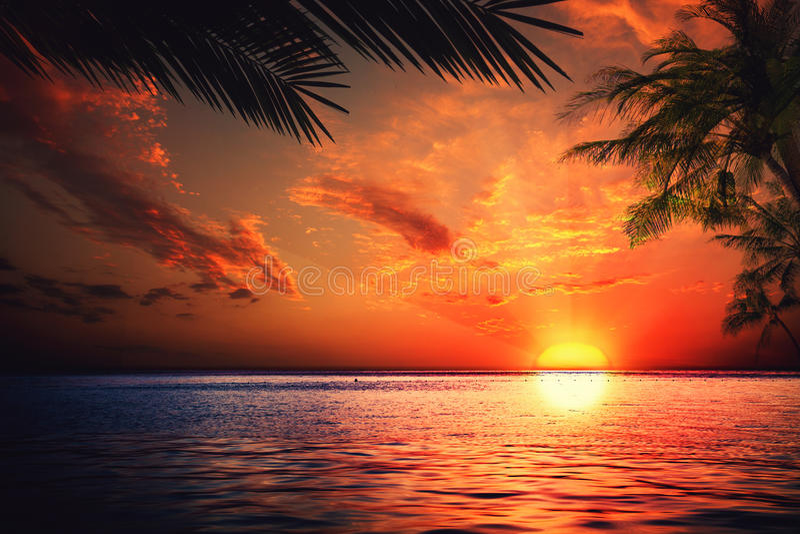 Zonsondergang op de oceaan stock fotografie