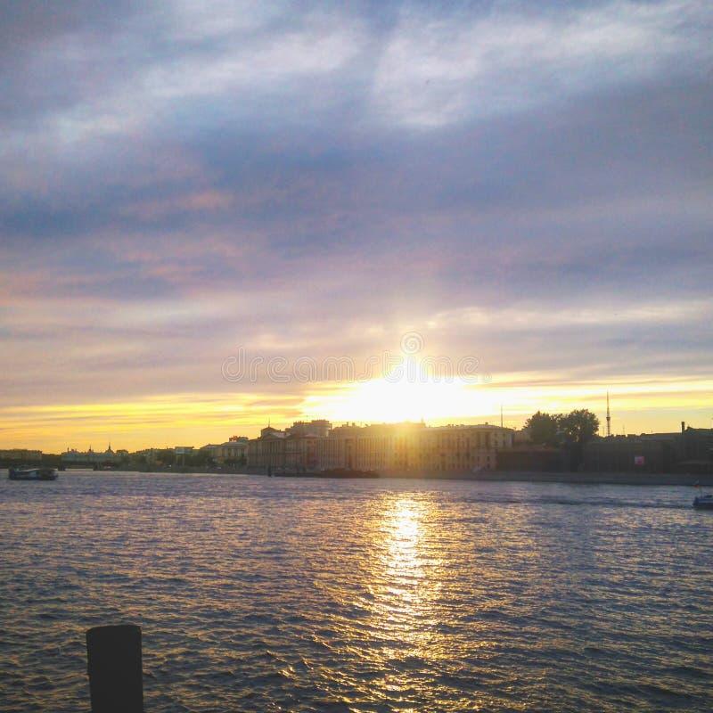 Zonsondergang op de rivier royalty-vrije stock afbeeldingen