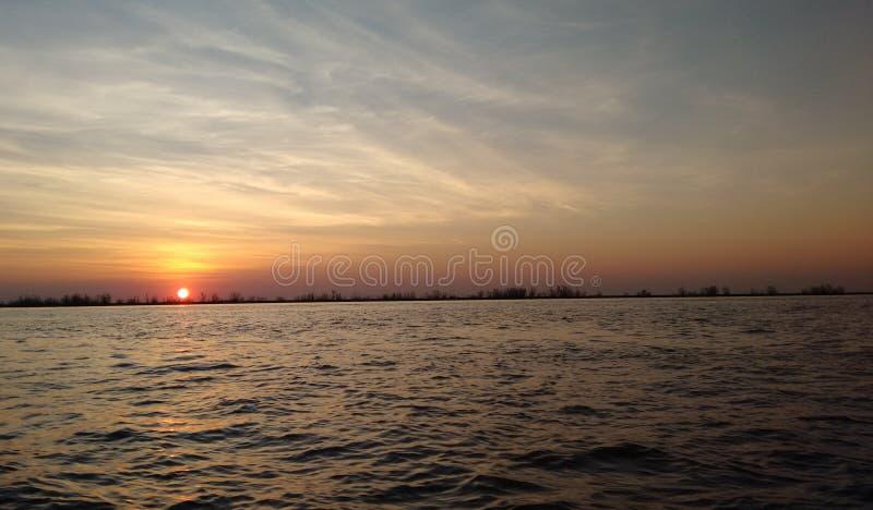 Zonsondergang op de rivier royalty-vrije stock foto's