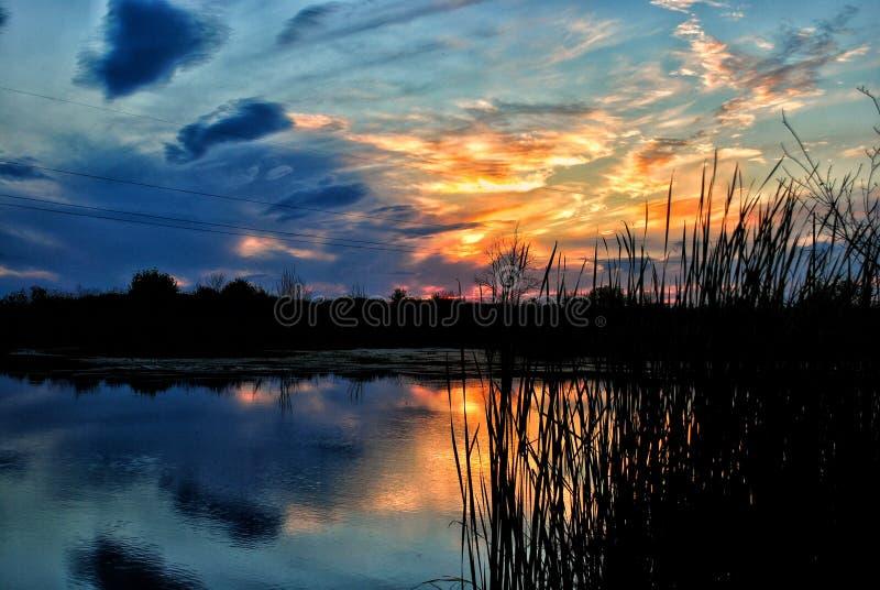 Zonsondergang op de rivier Dnipro stock foto