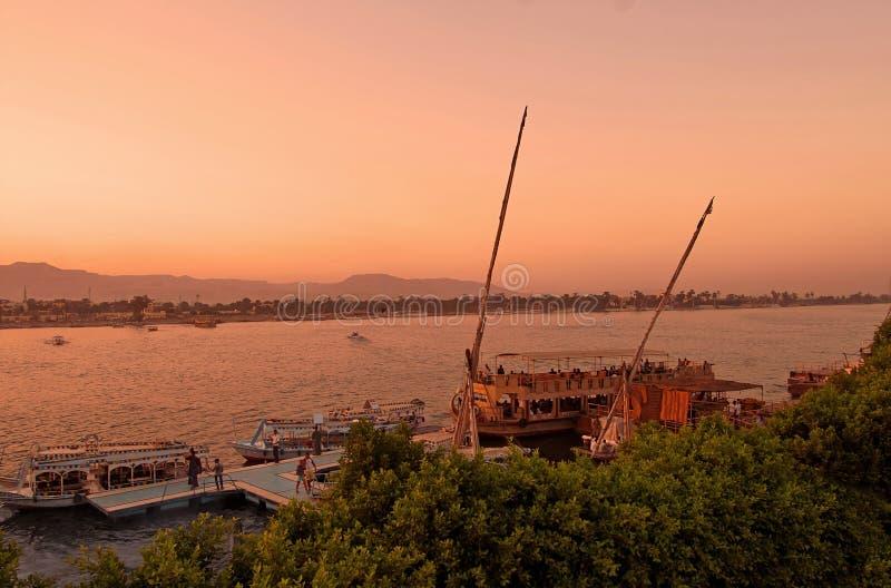 Zonsondergang op de rivier Nijl in Egypte royalty-vrije stock afbeelding