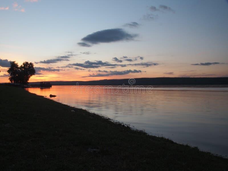 Zonsondergang op de rivier Rusland, Volga Op de riviervlotters sh royalty-vrije stock foto