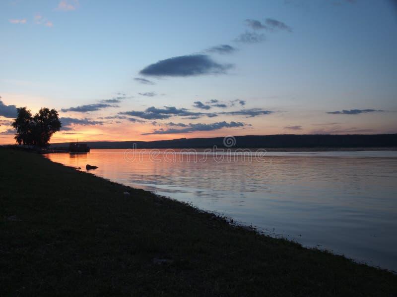 Zonsondergang op de rivier Rusland, Volga Op de riviervlotters sh stock fotografie