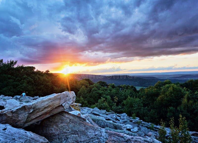 Zonsondergang op de rotsen royalty-vrije stock afbeeldingen