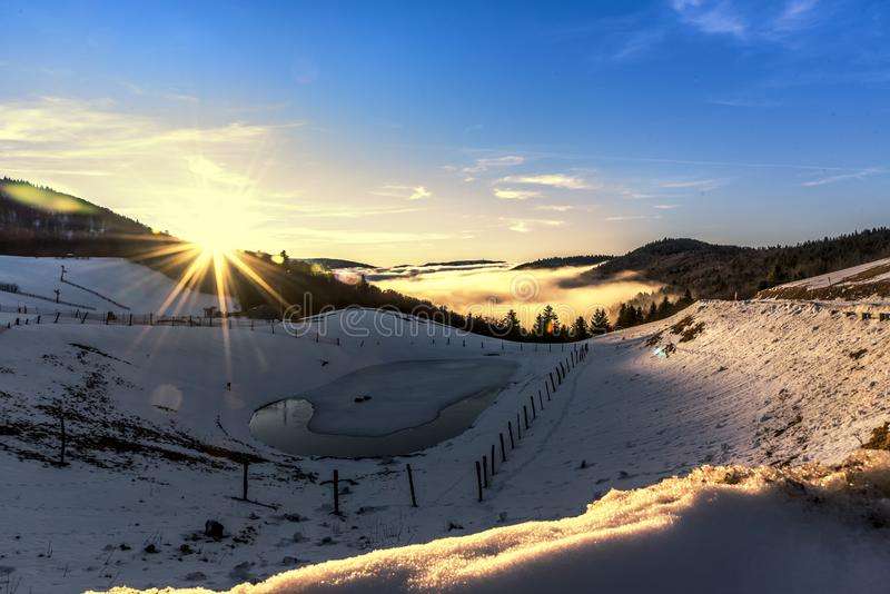 Zonsondergang op de sneeuw royalty-vrije stock foto