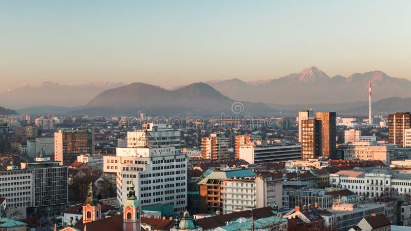 Zonsondergang op de stad van Ljubljana stock fotografie
