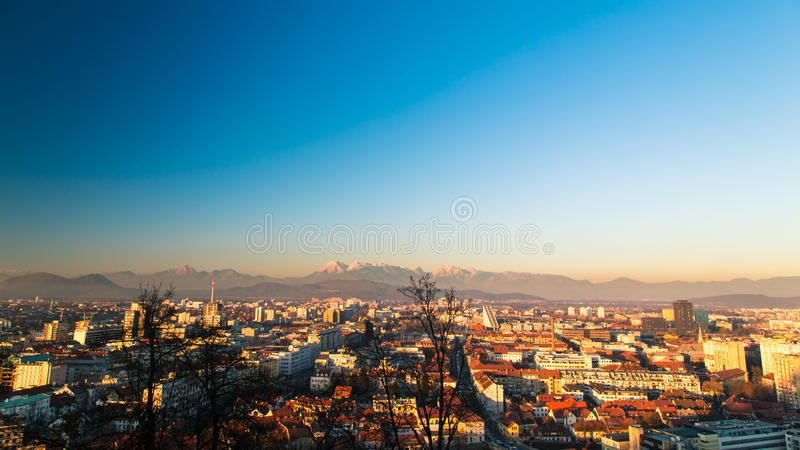 Zonsondergang op de stad van Ljubljana royalty-vrije stock afbeeldingen