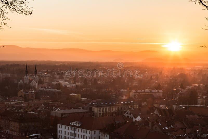 Zonsondergang op de stad van Ljubljana stock afbeelding