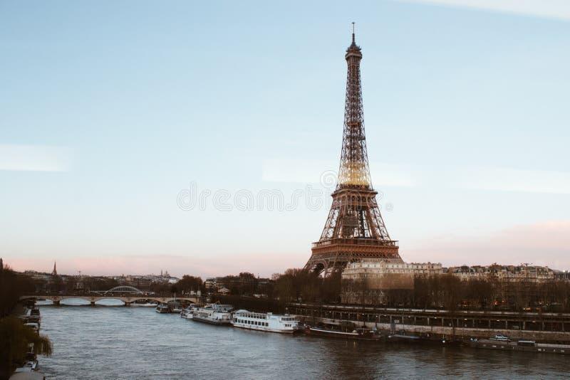 Zonsondergang op de Toren van Eiffel van brug, Reis Eiffel, Parijs, Frankrijk 2018 stock afbeelding