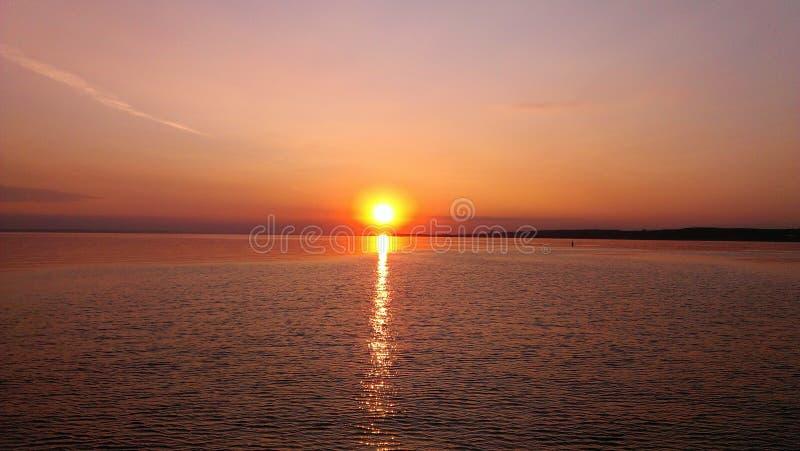 Zonsondergang op de Volga Rivier royalty-vrije stock afbeeldingen