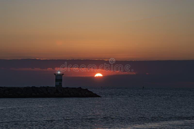 Zonsondergang op de vuurtoren stock afbeelding