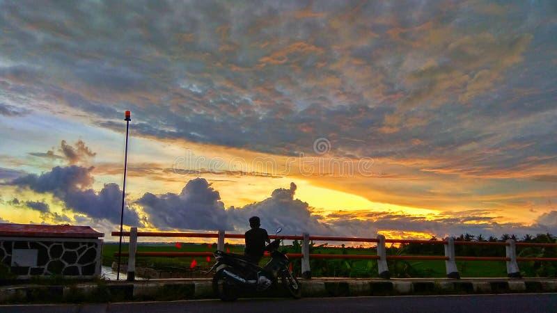 Zonsondergang op de weg royalty-vrije stock fotografie