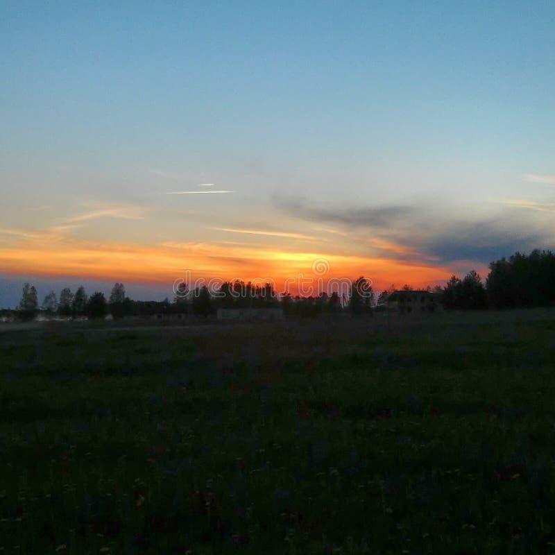 Zonsondergang op de weg stock foto's