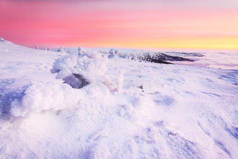 Zonsondergang op de winterbergen royalty-vrije stock afbeelding