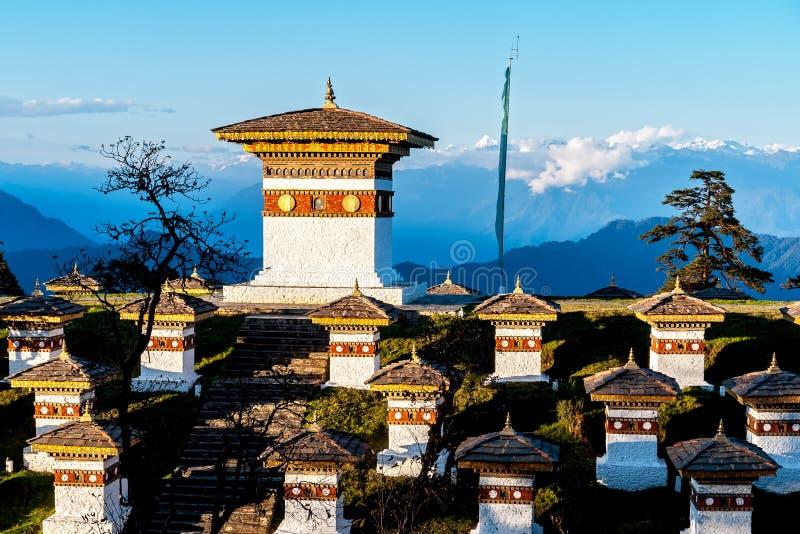 Zonsondergang op Dochula-Pas met Himalayagebergte op achtergrond - Bhutan stock afbeelding