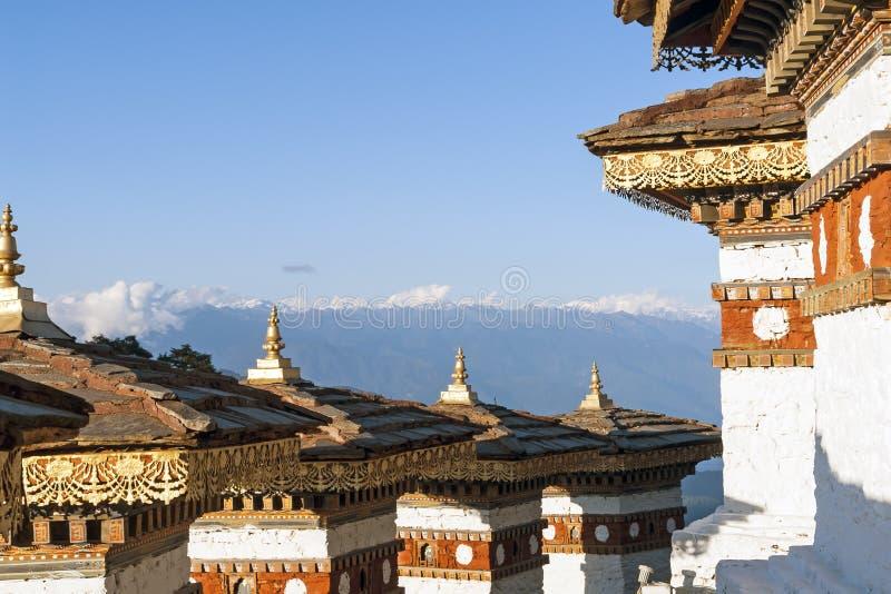 Zonsondergang op Dochula-Pas met Himalayagebergte op achtergrond - Bhutan royalty-vrije stock foto's