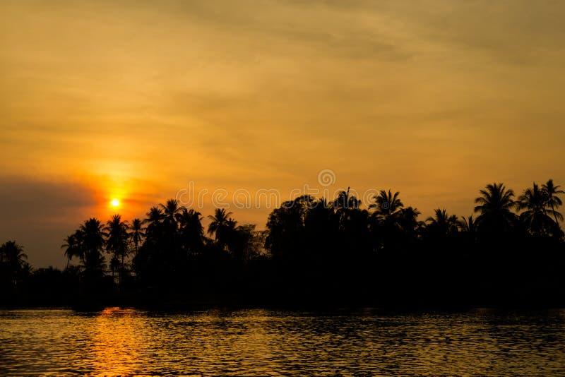 Zonsondergang op Don Khone Laos stock foto