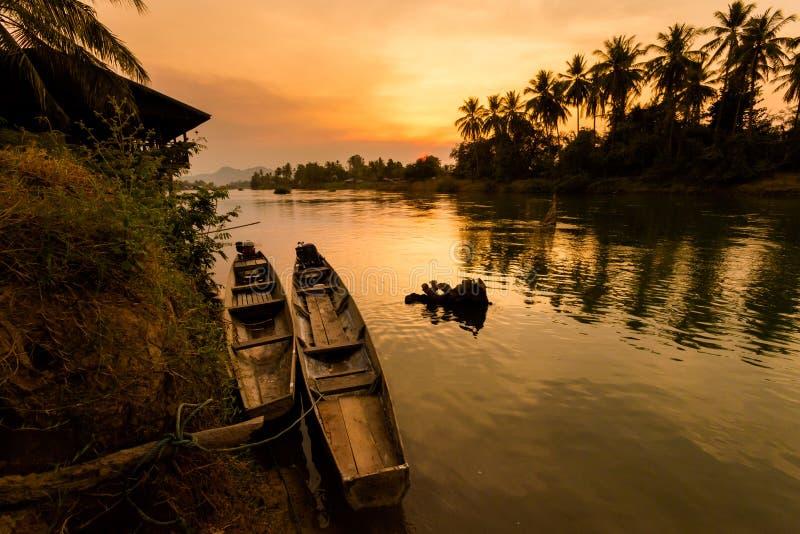 Zonsondergang op Don Khone Laos stock foto's