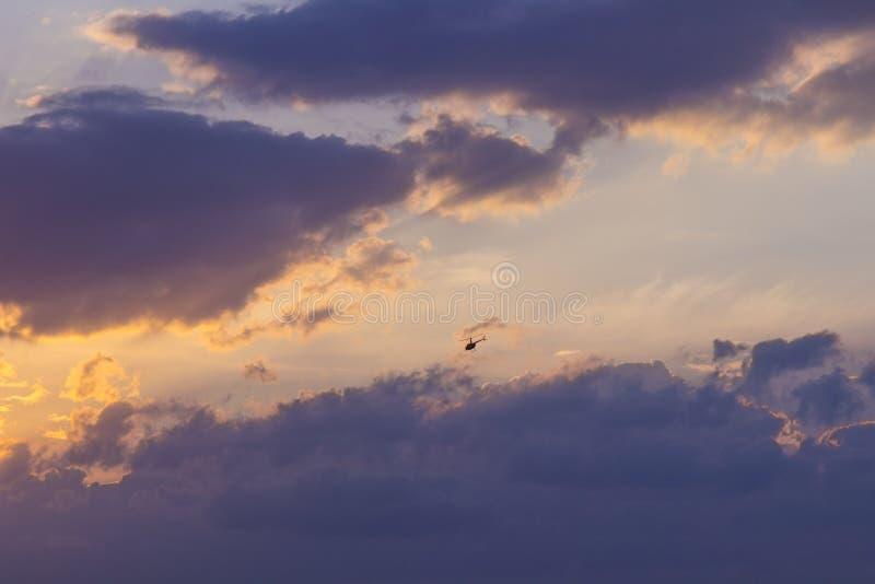 Zonsondergang op een blauwe hemelachtergrond - gouden stralen van de zon, donker-p stock foto