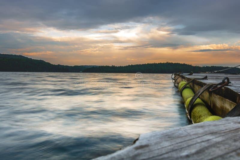 Zonsondergang op een edele door het meer royalty-vrije stock afbeelding