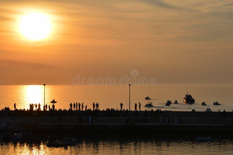 Zonsondergang op een kleine overzeese stad stock foto's