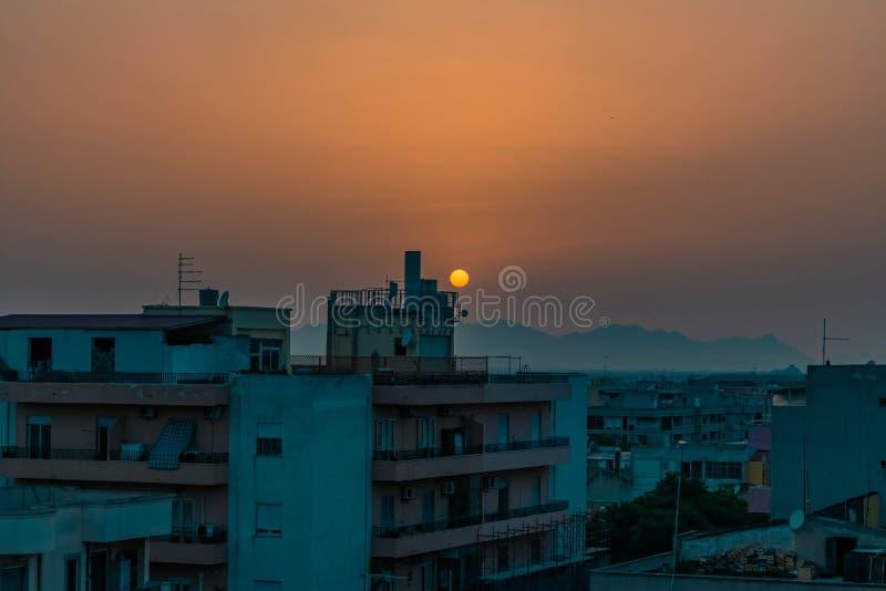 Zonsondergang op een lege stad stock afbeelding