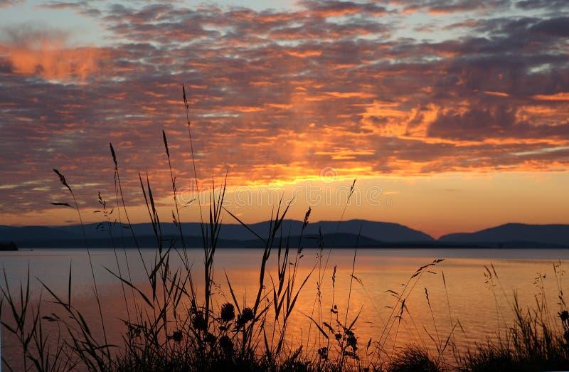 Zonsondergang op een meer royalty-vrije stock foto