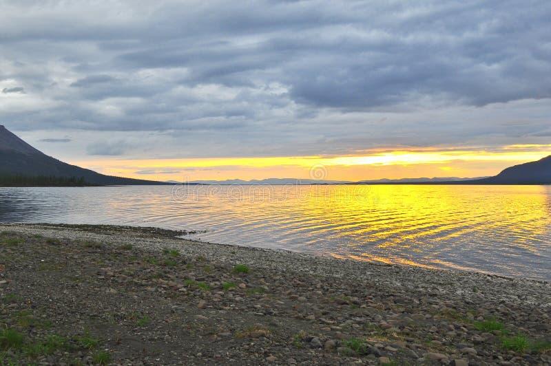 Zonsondergang op een meer in Siberië royalty-vrije stock fotografie