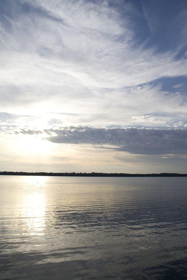 Zonsondergang op een noordelijk Canadees meer 2 stock foto's
