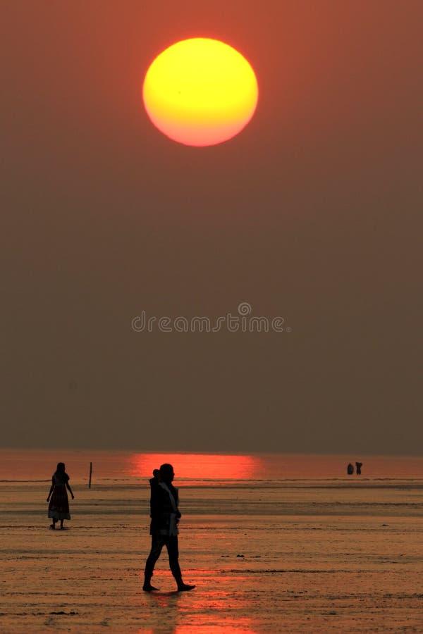Zonsondergang op een stil strand royalty-vrije stock fotografie
